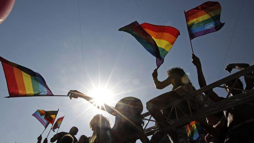 Transzneműek tüntettek a fürdők nemi alapú megkülönböztetése ellen