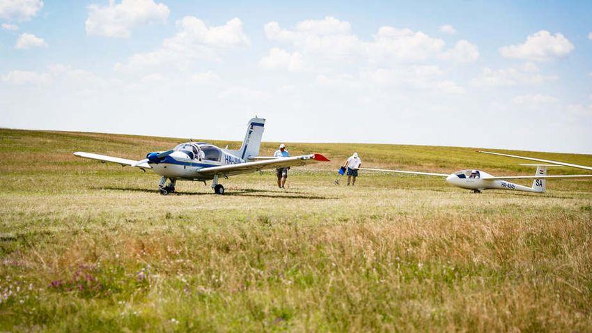Összecsapnak a vitorlázógépek pilótái a baracsiak felett