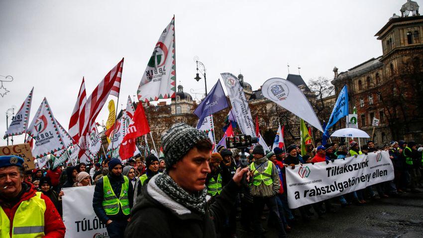 Többség híján az utcáról alkotmányozna a baloldal