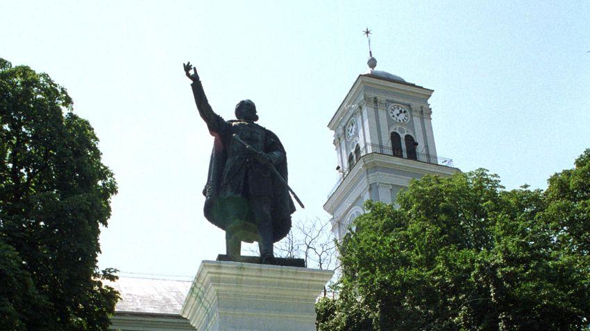 Megcsonkított Kossuth-szobor