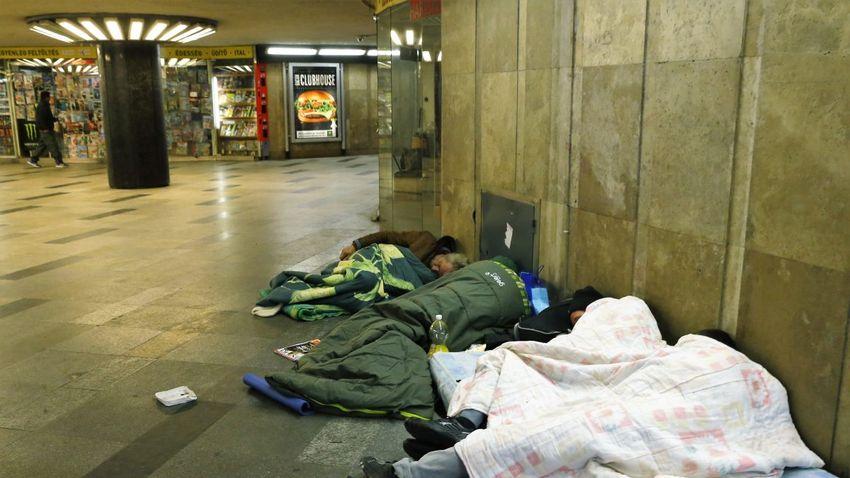 Hajléktalanok melegedői lettek a fővárosi aluljárók