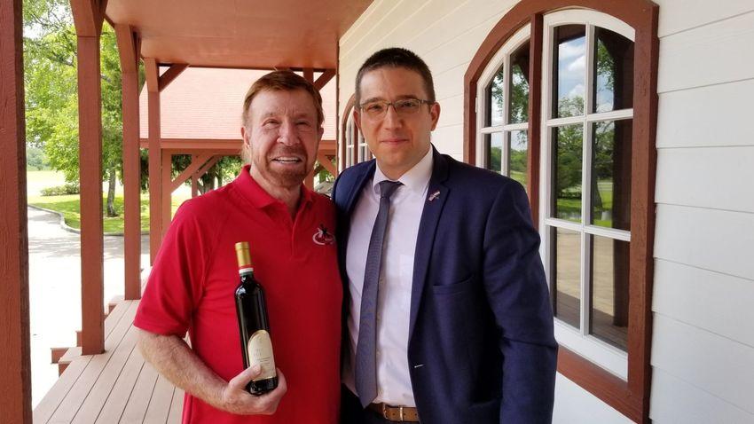 Orbán Viktor igazi hungarikummal lepte meg Chuck Norrist