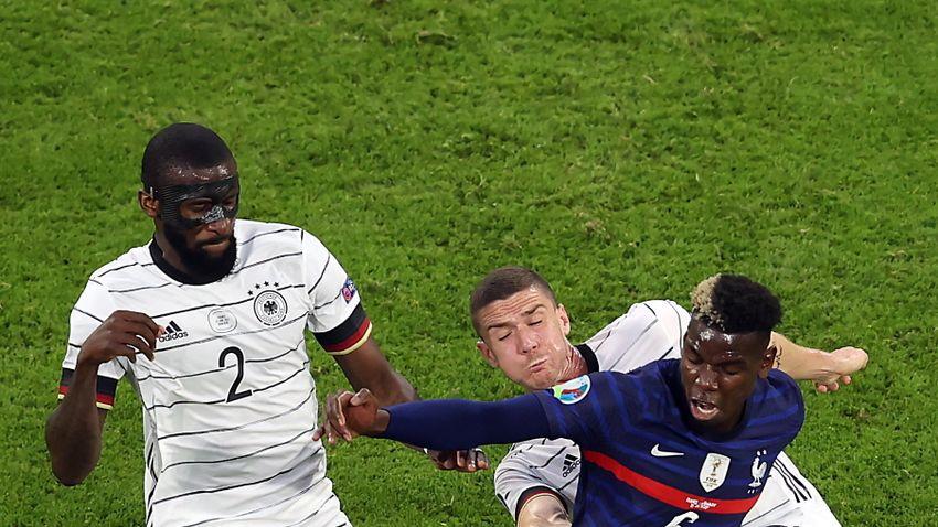 A bíró nem látta, de a német védő megharapta Paul Pogbát