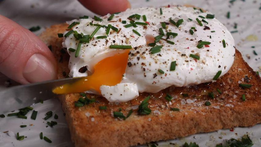Exkluzív reggeli fillérekből: buggyantott tojás pirítóssal