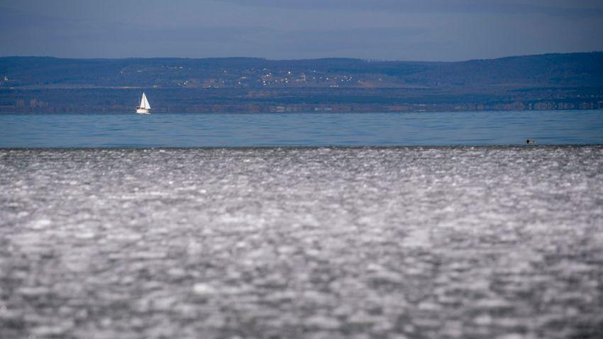 Veszélyes a jég a Balatonon – így járhat, aki alatt beszakad + videó