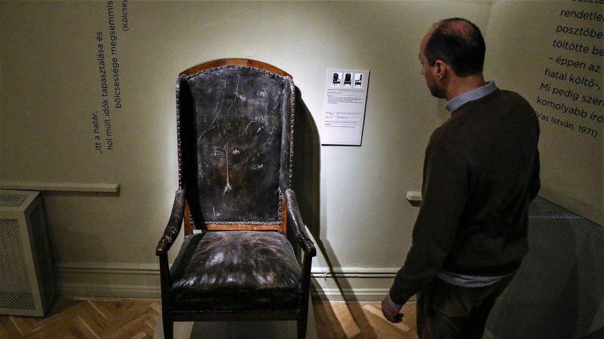 Kölcsey Ferenc egyetlen bútorát is láthatjuk az irodalmi múzeumban