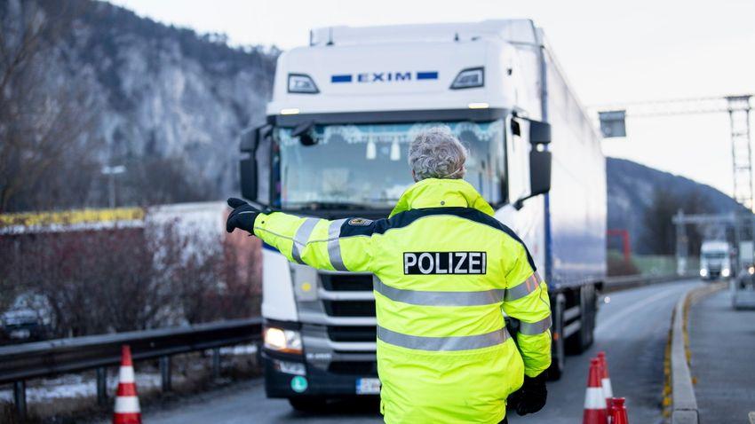 Megharcolnak a teherautók megépítéséért