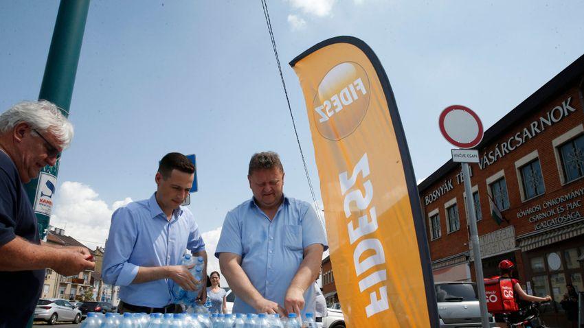 Zuglóban helyi képviselők osztottak vizet a főváros helyett