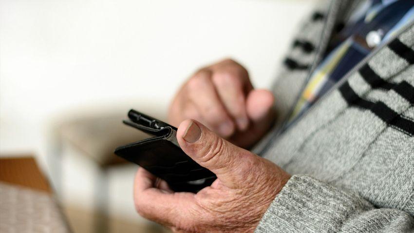 Az okostelefon közelebb hozhatja egymáshoz a generációkat