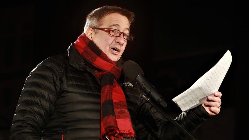 Petícióban állnak ki az újságírók Petry Zsolt mellett