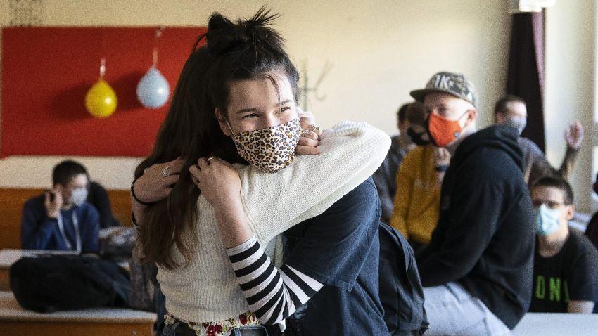 A maszk mögül is látszik a diákok öröme, hogy visszatérhettek az iskolákba
