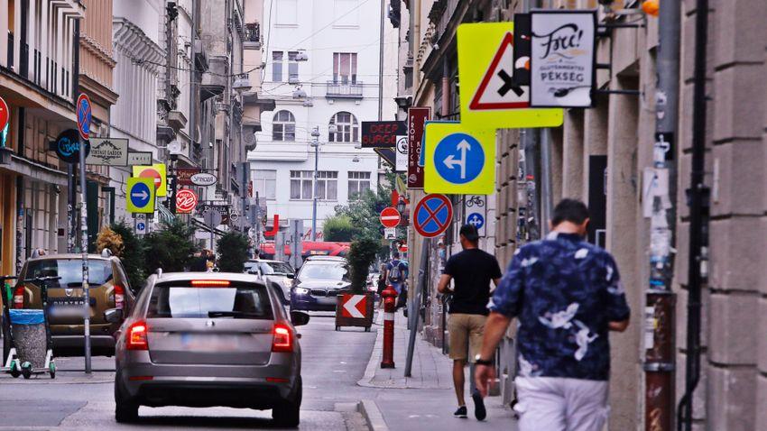 Elrejtett táblák, balesetveszély, szenvedő üzletek Erzsébetvárosban