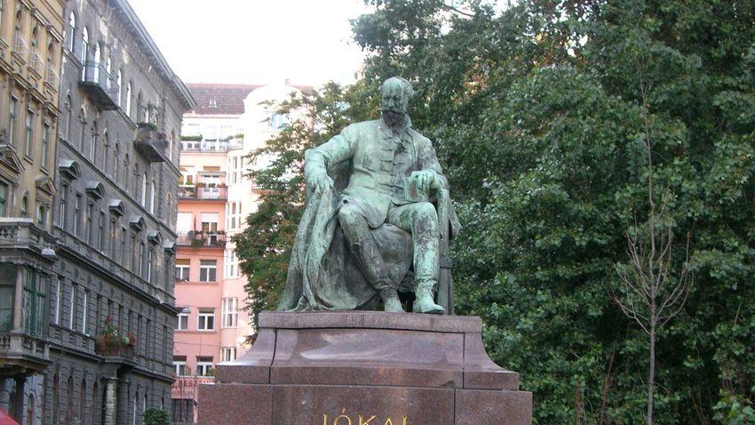 Felavatják Jókai Mór szobrát Budapesten