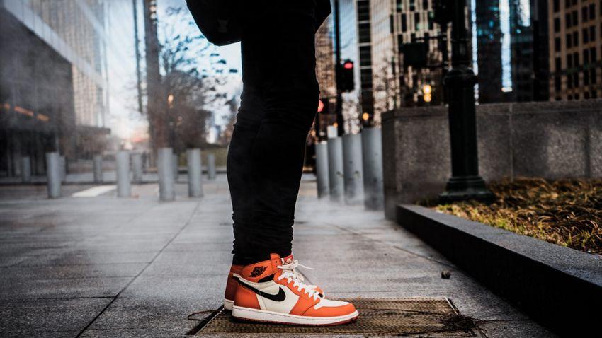 Milyen cipő a sneaker és milyen stílussal viseljük?