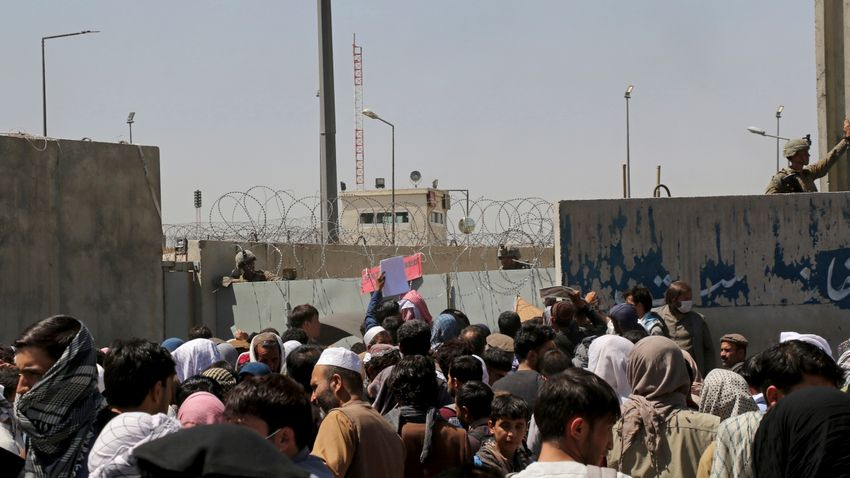 Két robbanás a kabuli repülőtéren, legkevesebb tizenhárom halott