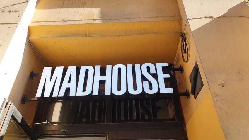 Csúcssörök kreatív sörkorcsolyákkal a Madhouse-ban