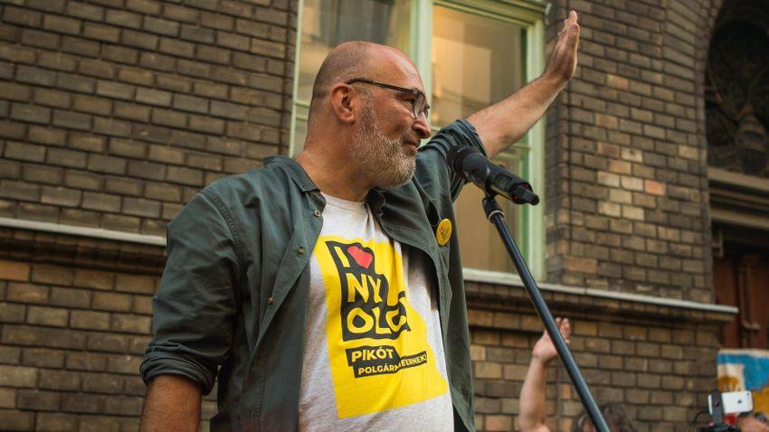 Pikó András kedvezményt biztosít a Labrisz Leszbikus Egyesületnek