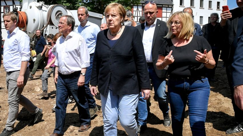 Schröder gumicsizmát is húzott