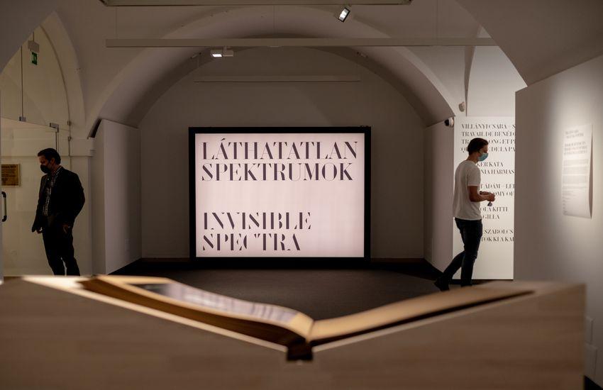 Képzőművészekkel és szerzetesekkel járhatjuk be a Láthatatlan spektrumok kiállítást