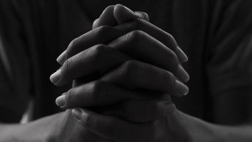 Kirúgták az edzőt, mert a pályán imádkozott