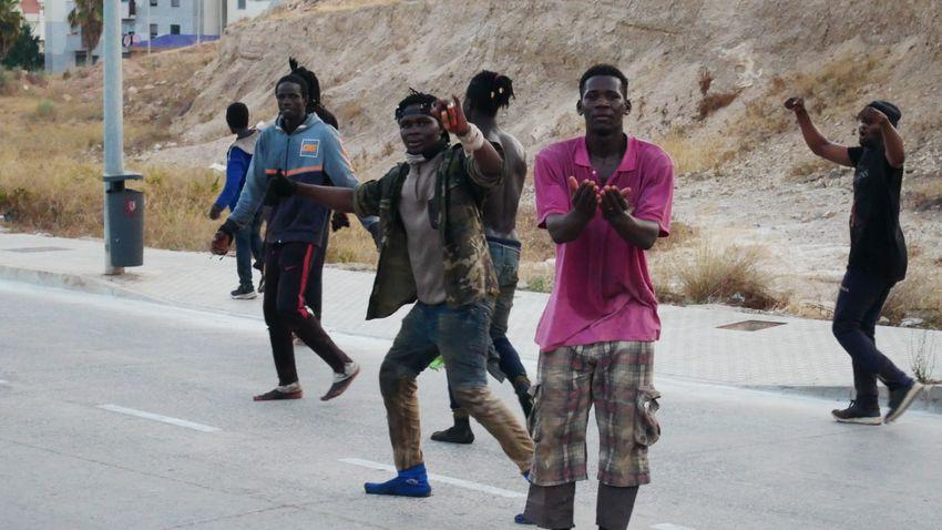 Lapozó: Négyszáz migráns próbált betörni péntek hajnalban Melillába