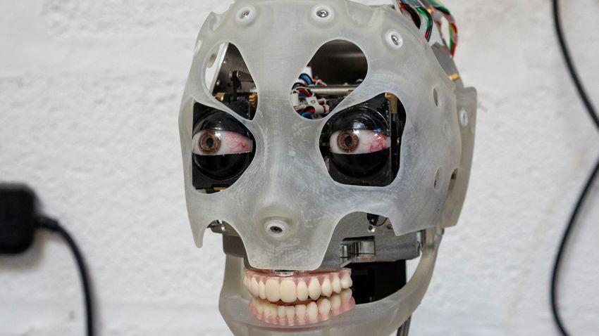 A robot tekintete hat az emberi agyra
