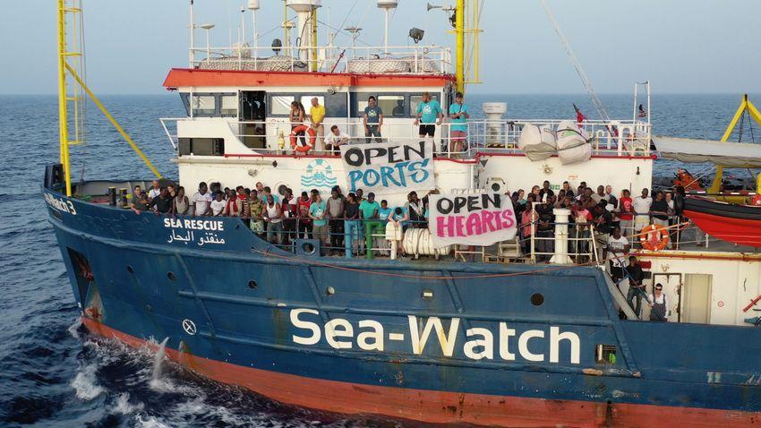 Továbbra is óriási tömegekben indulnak meg a migránsok Lampedusa felé