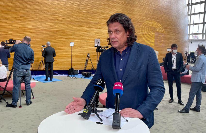 Deutsch Tamás: Hamis pátosz, végtelen öndicséret volt az elnöki évértékelő