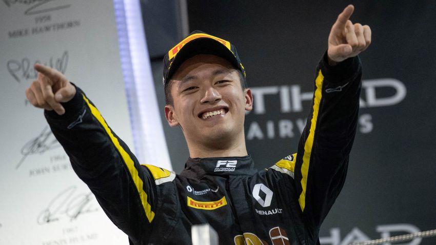 Már csak egy pilótaülés szabad a Formula–1-ben, Kína lázban ég