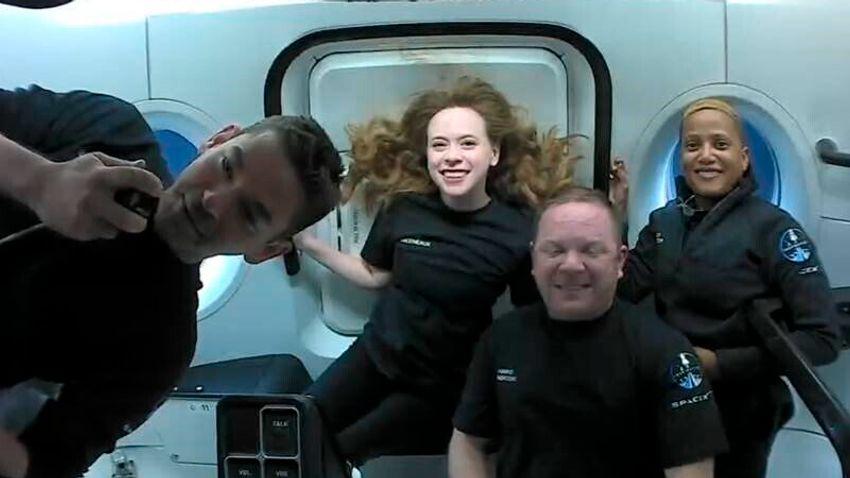 Biztonságosan visszatért az amatőr űrhajósokat szállító űrhajó