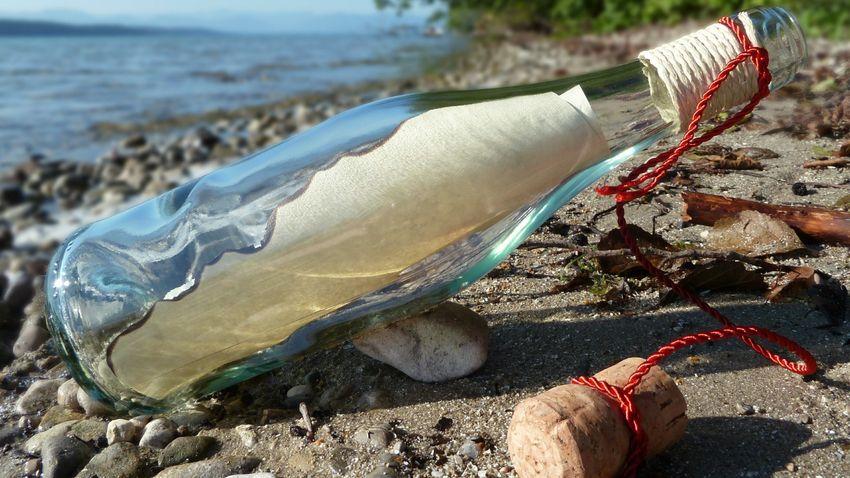 Évtizedekkel vízbe dobása után ért partot egy palackposta