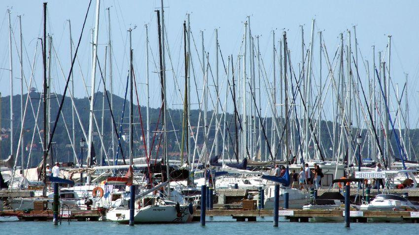 Örülhetnek a hajózók: több mint 80 új kikötőhely lesz a Balatonnál