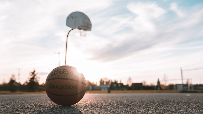 Lebron James is megirigyelné a magyar kosárlabdázó óriási blokkját + videó